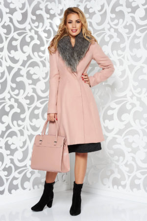 Palton roz elegant cu guler indoit decorat din blana si maneci lungi fabricat din stofa groasa si moale cu un croi cambrat