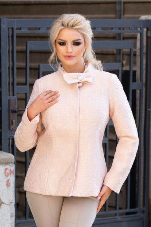 Palton dama scurt elegant roz cu broderie ce se inchide cu trei capse si accesorizat cu o funda cu brosa la decolteu Ginette