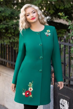 Pardesiu verde drept de dama elegant accesorizat cu broderie florala colorata la umar si nasturi eleganti cu detalii aurii Mara