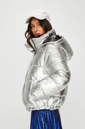 Geaca cu gluga stilata argintie de iarna Answear pentru femei realizata din material lucios