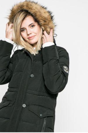 Geaca neagra scurta marca Answear accesorizata cu gluga cu blanita si buzunare cu fermoar