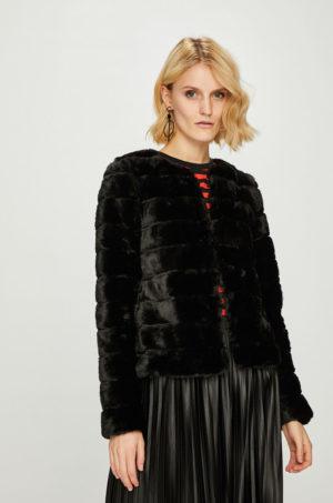 Geaca neagra scurta Vero Moda realizata din imitatie de blana potrivita pentru ocazii speciale