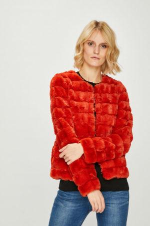 Geaca rosie scurta Vero Moda realizata din imitatie de blana potrivita pentru ocazii speciale