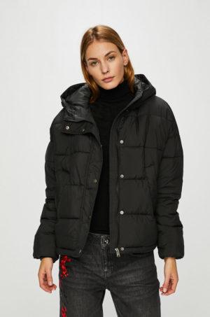Geaca neagra Vero Moda ieftina cu gluga si mansete perfecta pentru zilele reci